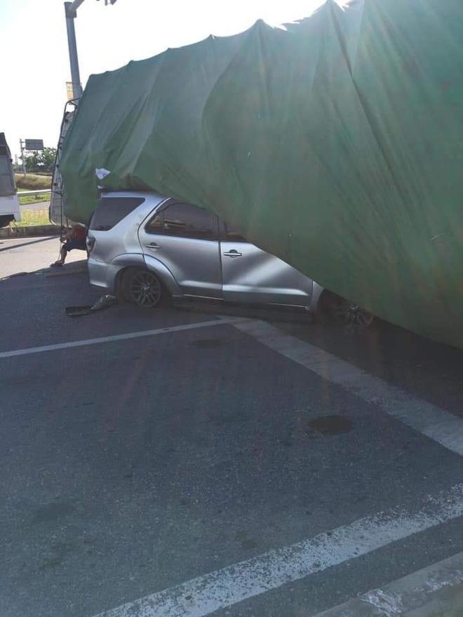 Clip: Ô tô bị đâm nát bét, tài xế chui ra chắp tay vái lạy cảm ơn-5