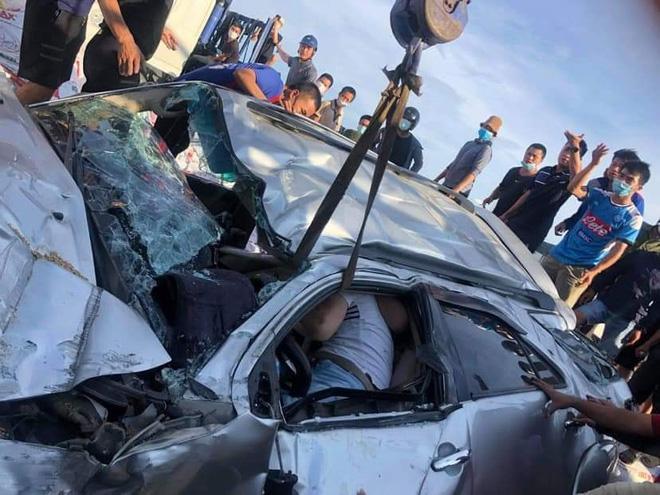 Clip: Ô tô bị đâm nát bét, tài xế chui ra chắp tay vái lạy cảm ơn-1