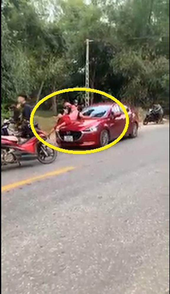 Clip: Vợ nhảy lên capo đánh ghen, chồng phi xe bất chấp sống chết-1