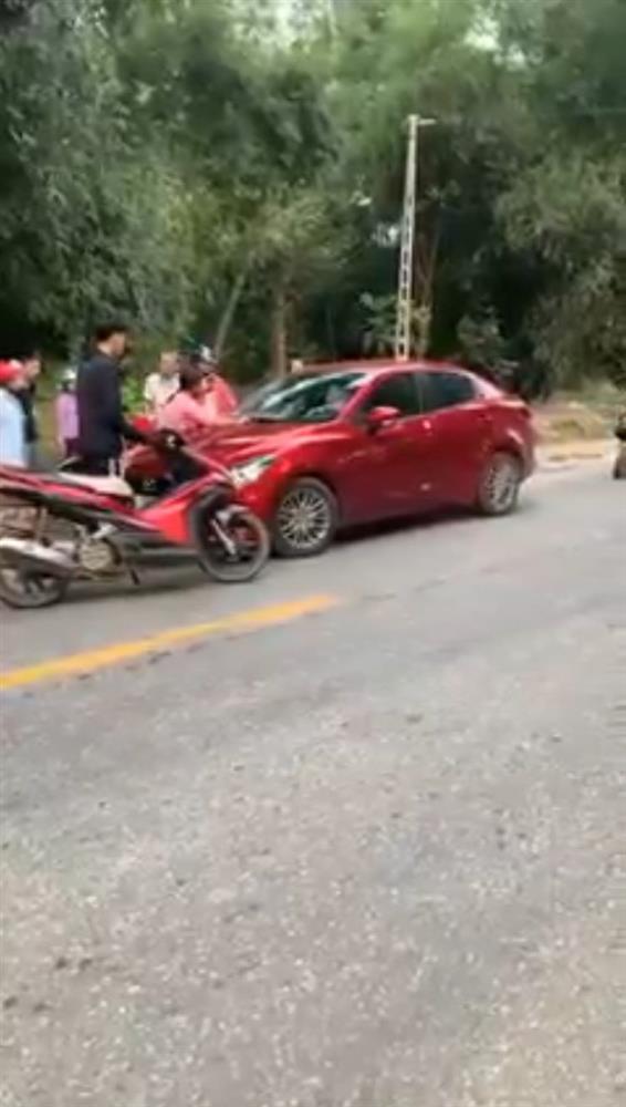 Clip: Vợ nhảy lên capo đánh ghen, chồng phi xe bất chấp sống chết-2