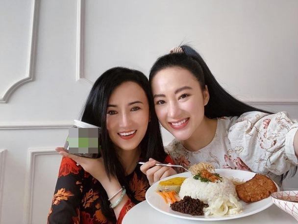 Nhan sắc mẹ Angela Phương Trinh trẻ như chị em với con gái-1