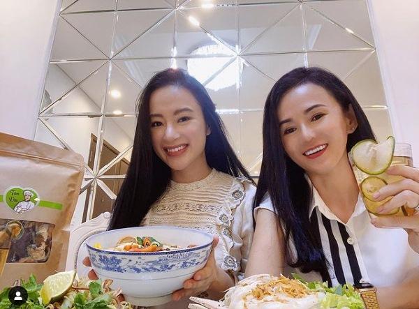 Nhan sắc mẹ Angela Phương Trinh trẻ như chị em với con gái-2