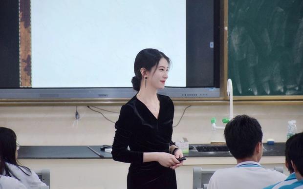 Cô giáo cấp 2 trở thành hiện tượng mạng vì khí chất như minh tinh-1
