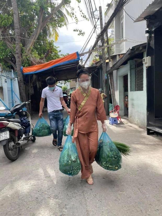 BST giày lênh khênh, áo hở ngực của mỹ nhân Việt khi đi từ thiện-1