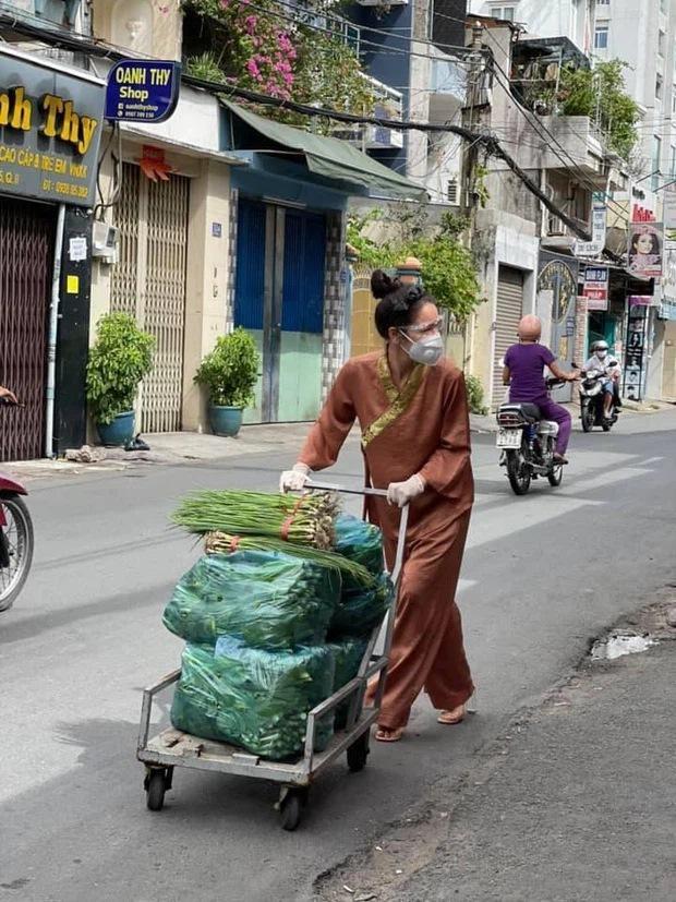 BST giày lênh khênh, áo hở ngực của mỹ nhân Việt khi đi từ thiện-2
