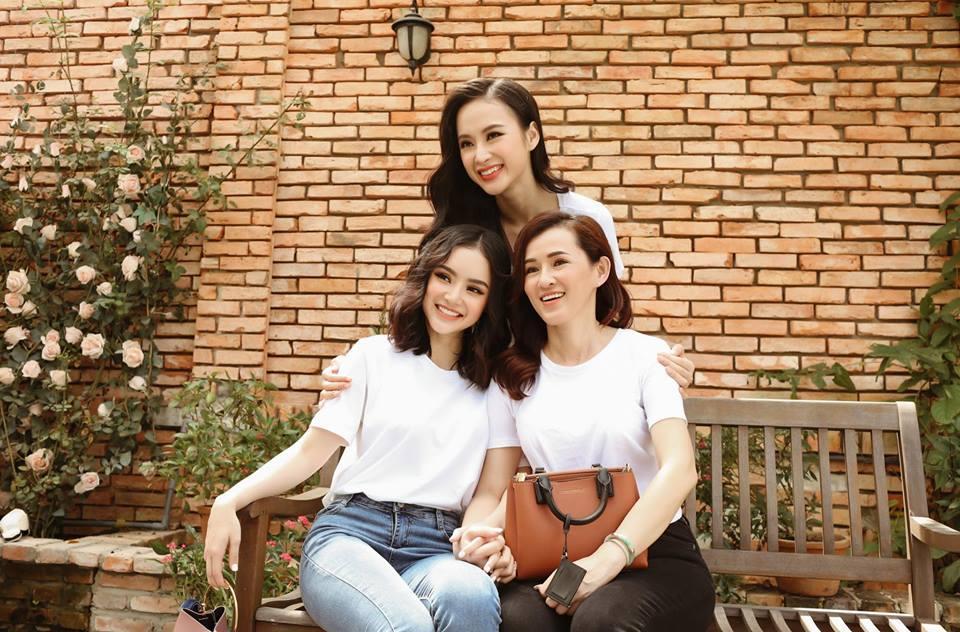 Nhan sắc mẹ Angela Phương Trinh trẻ như chị em với con gái-10