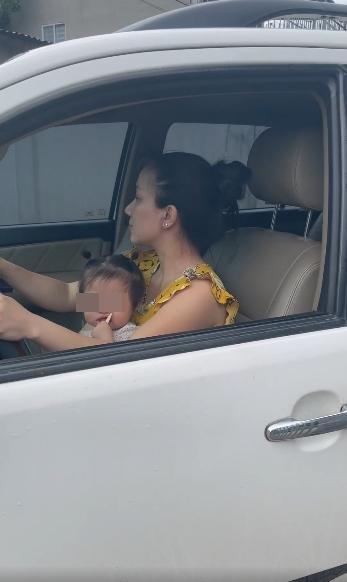 Vợ Lê Dương Bảo Lâm bị chỉ trích vì để con ngồi ghế lái ô tô