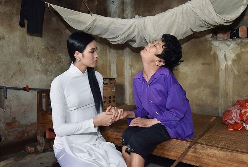 BST giày lênh khênh, áo hở ngực của mỹ nhân Việt khi đi từ thiện-4