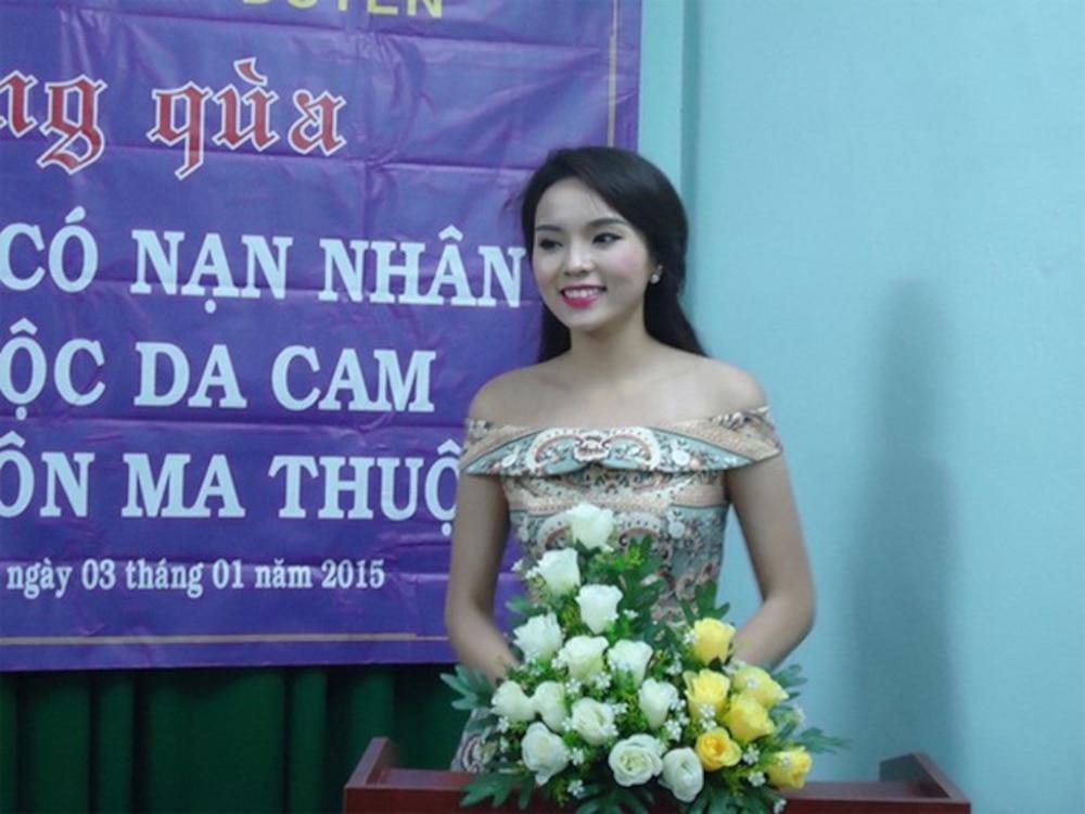 BST giày lênh khênh, áo hở ngực của mỹ nhân Việt khi đi từ thiện-8