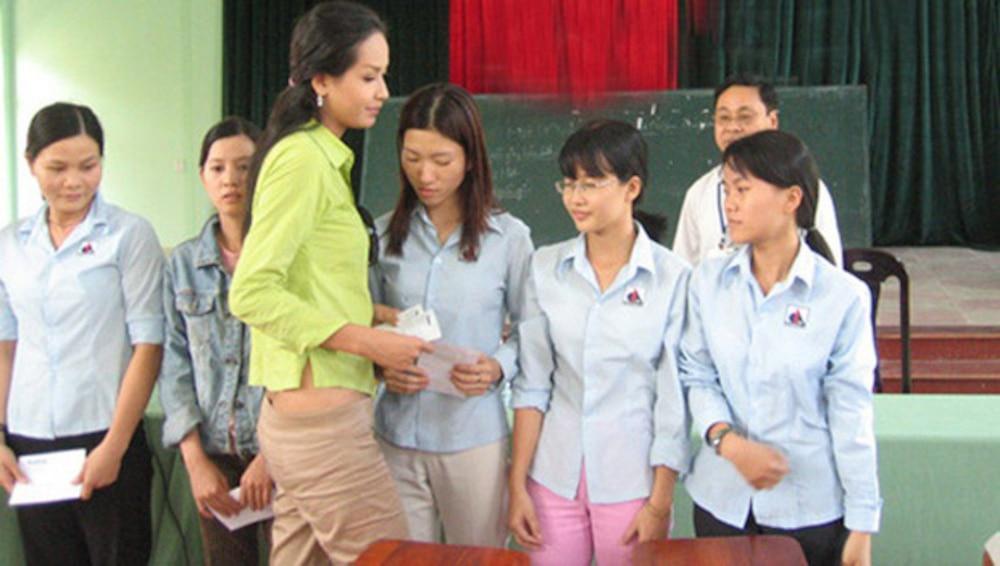 BST giày lênh khênh, áo hở ngực của mỹ nhân Việt khi đi từ thiện-7