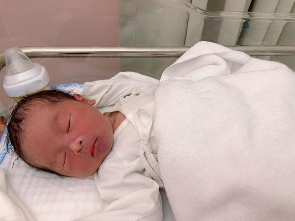 Quế Vân sinh con trai thứ 3 ở tuổi 39, em bé nặng 3.7kg-2