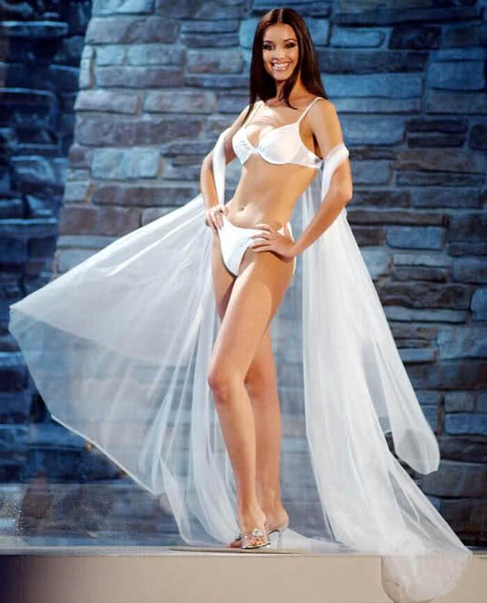 Số đo khác biệt của Miss Universe: Người lép kẹp, người chạm ngưỡng 1m-1
