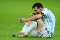 Messi ngồi bệt video call khoe vợ huy chương vô địch Copa America