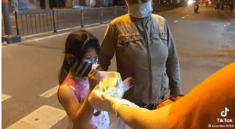 Cô gái mắng 2 mẹ con nhận quà từ thiện như tát nước: Về dạy lại đi-2