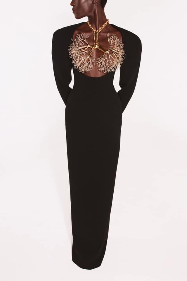 Bella Hadid thả rông vòng 1, che ngực bằng dây chuyền cành cây-3