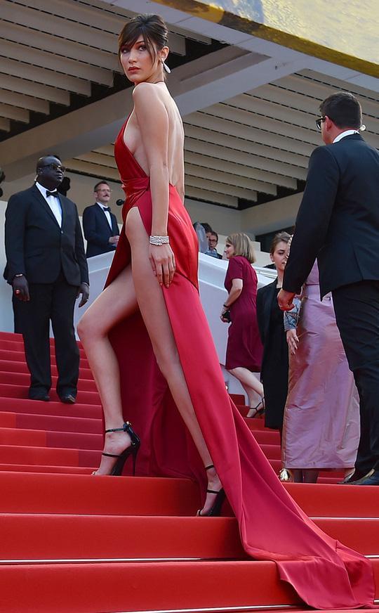 Bella Hadid thả rông vòng 1, che ngực bằng dây chuyền cành cây-7