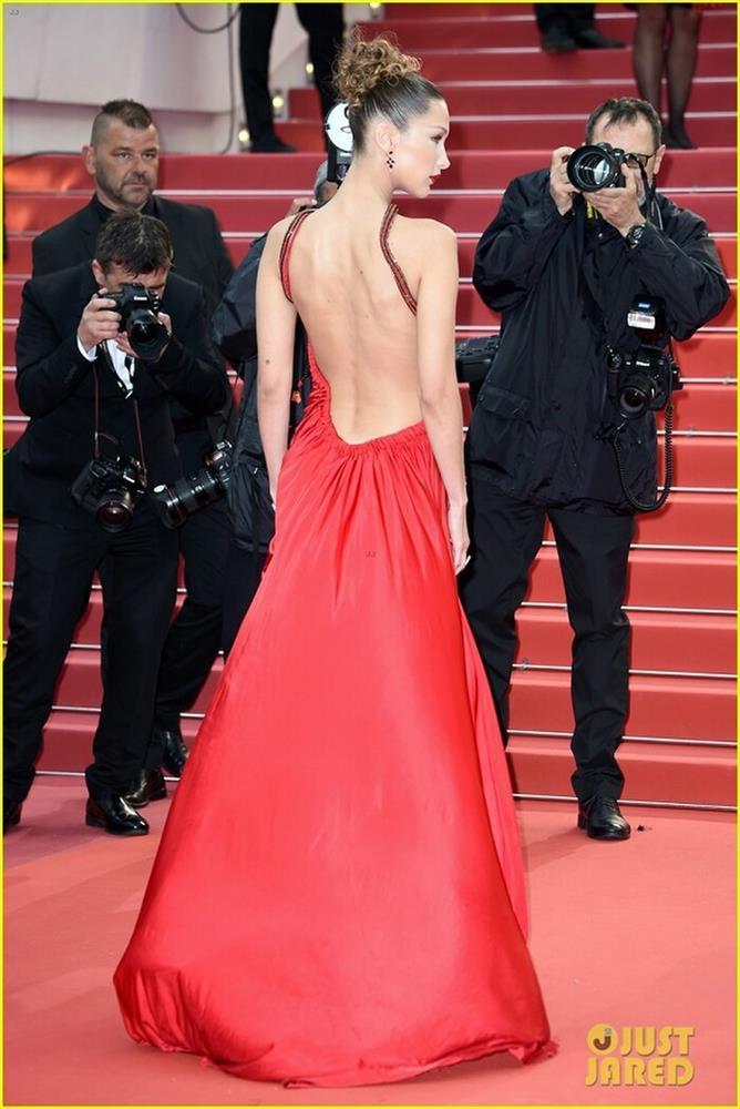 Bella Hadid thả rông vòng 1, che ngực bằng dây chuyền cành cây-9
