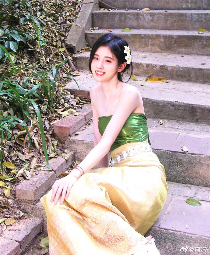 Cúc Tịnh Y chuộng váy áo trễ nải khoe vai gợi cảm