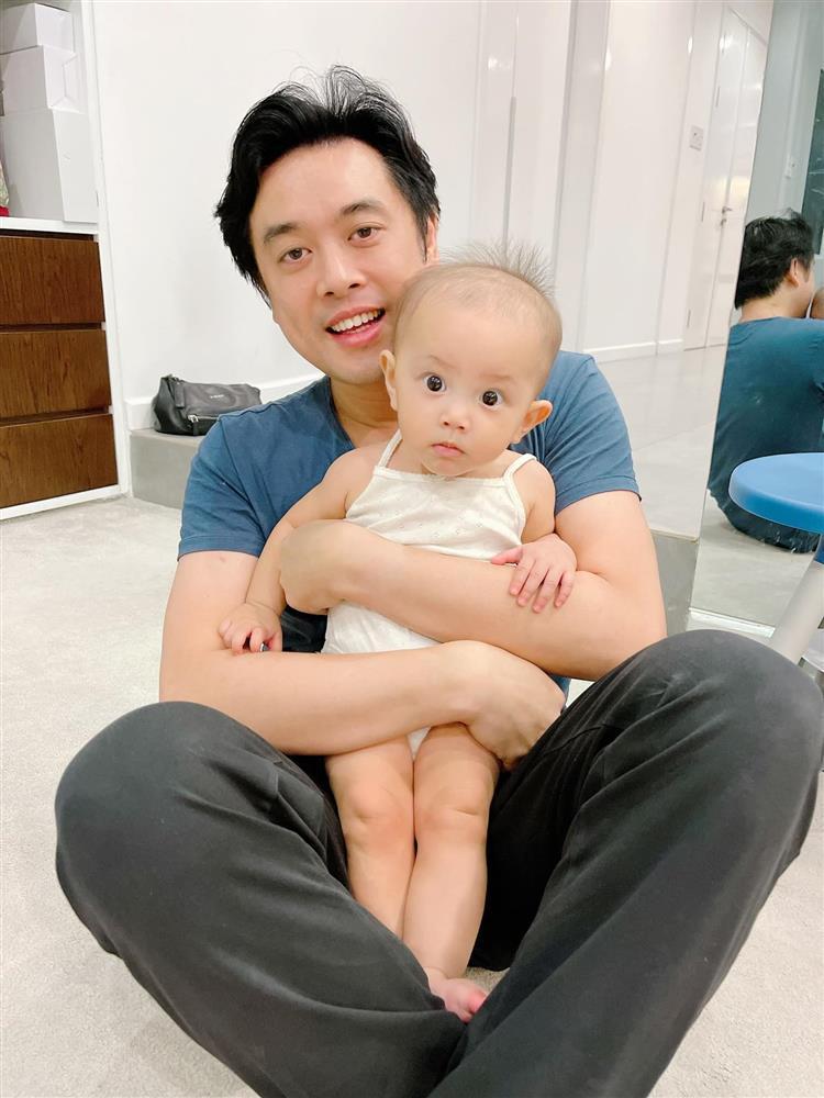 Con gái Hồ Ngọc Hà biểu cảm cưng xỉu khi bố chồng tương lai bế-1