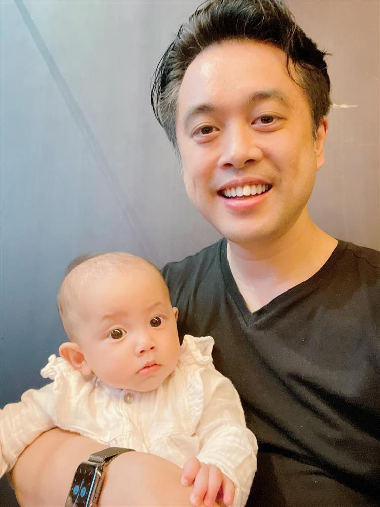 Con gái Hồ Ngọc Hà biểu cảm cưng xỉu khi bố chồng tương lai bế-3