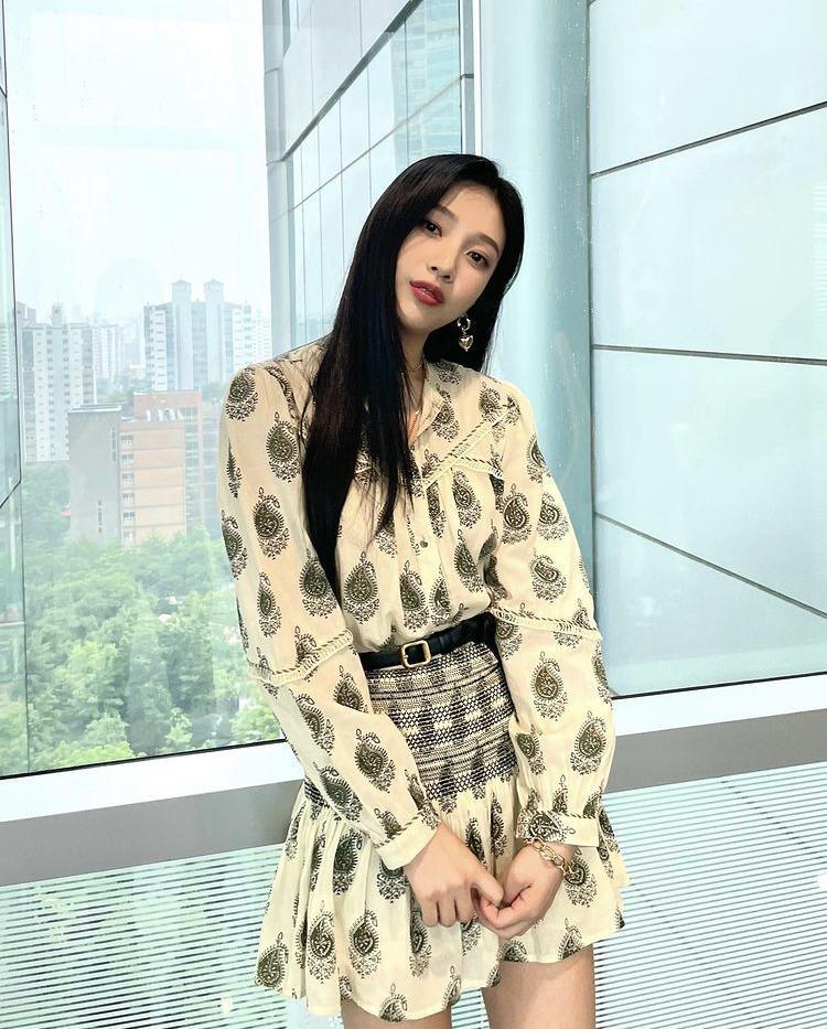 Học cách phối váy áo họa tiết mùa hè rực rỡ như Joy (Red Velvet)-6