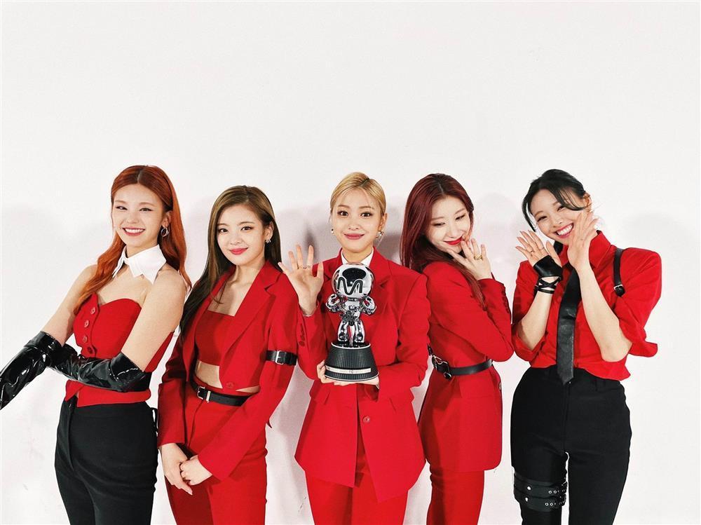 Nam ca sĩ Hàn Quốc mặc váy, ngày càng nữ tính-2