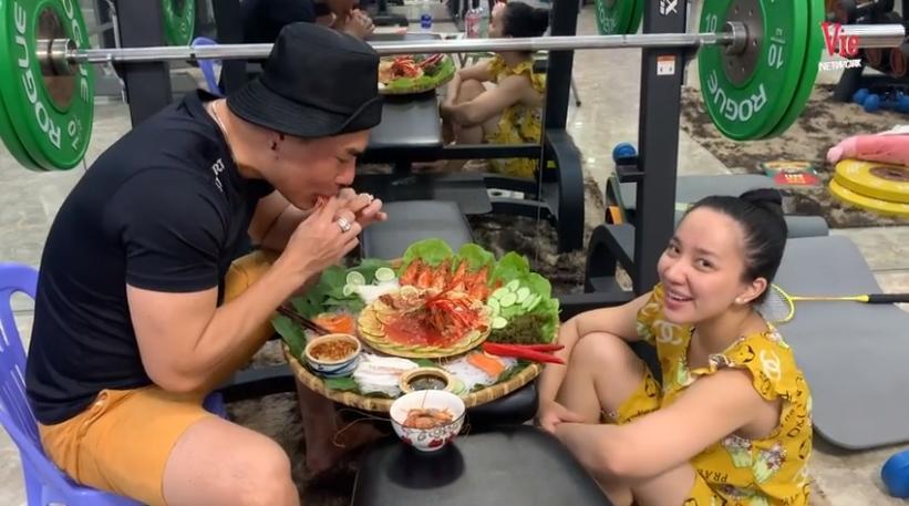 Lê Dương Bảo Lâm bị xỉa xói vì khoe đồ ăn đắt đỏ giữa mùa dịch-1