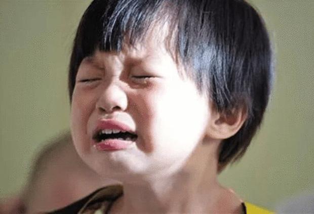Cháu trai trùm kín đầu lúc ngủ, bà nội khóc ngất khi biết do mẹ kế mà ra-1