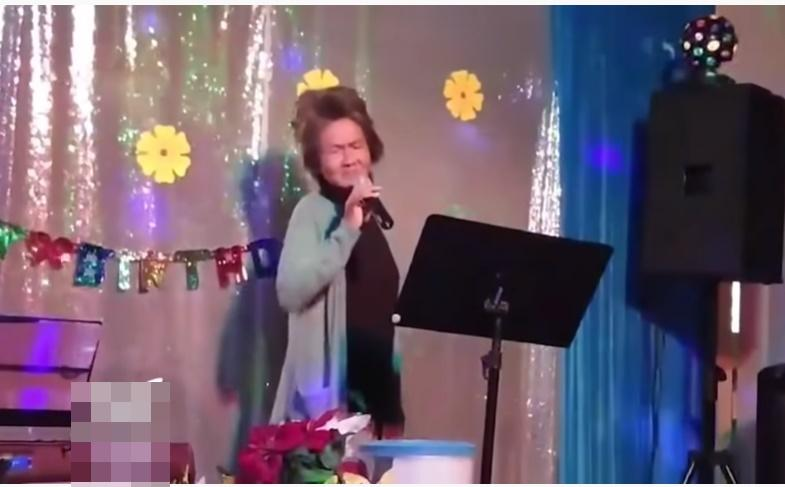 Clip: Kim Ngân đi hát sau nhiều năm hóa điên, bên cạnh là thùng xin tiền-1