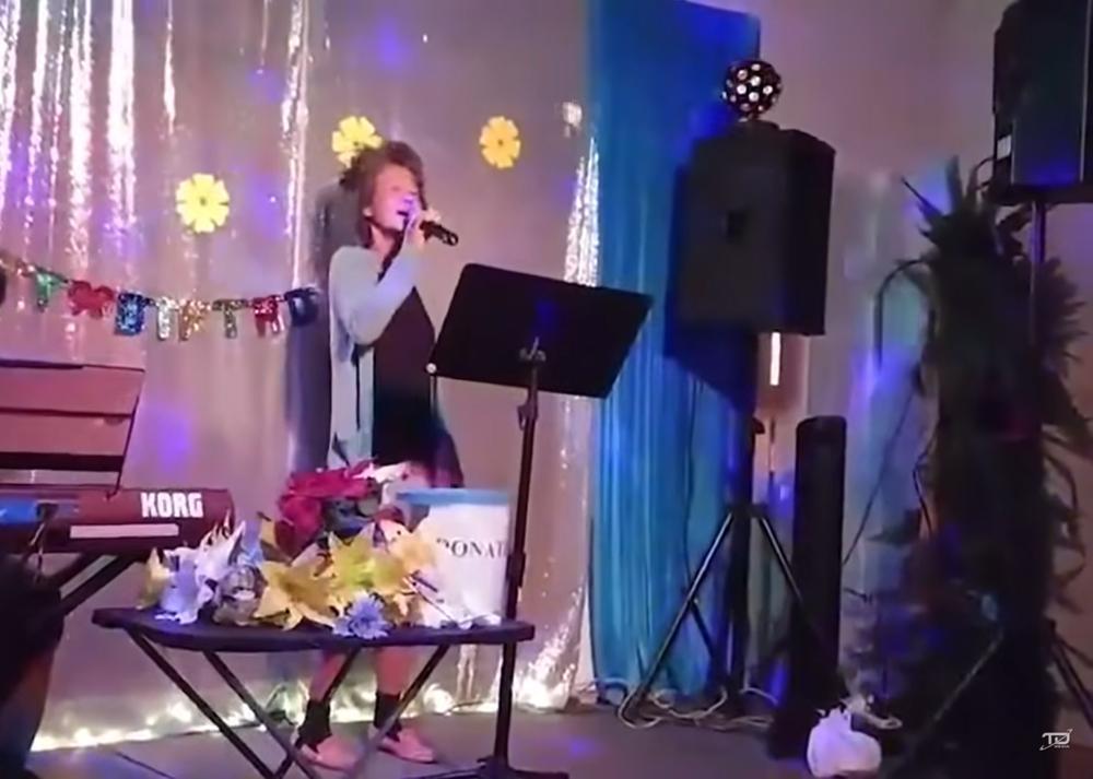 Clip: Kim Ngân đi hát sau nhiều năm hóa điên, bên cạnh là thùng xin tiền-3
