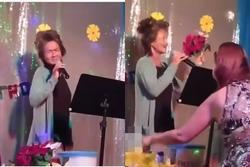 Clip: Kim Ngân đi hát sau nhiều năm hóa điên, bên cạnh là thùng xin tiền