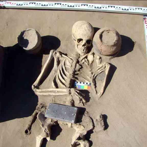 Tìm thấy điện thoại iPhone hơn 2.000 năm tuổi trong lăng mộ cổ-2