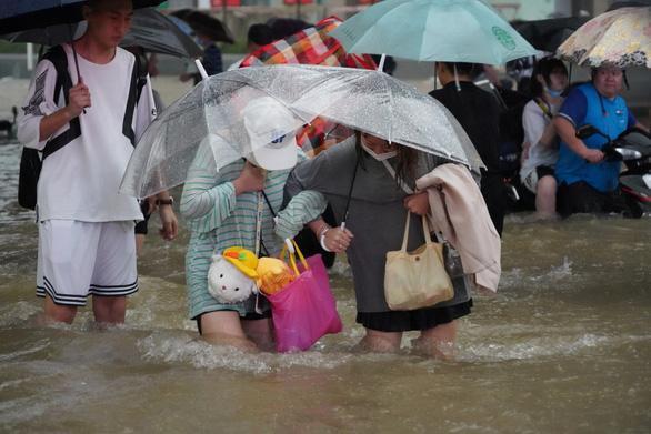 Cảnh khó tin do mưa lũ ở Trung Quốc, nhiều nơi chìm trong nước-6