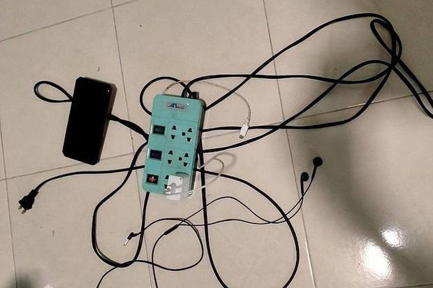 Học sinh lớp 2 bị điện giật tử vong khi cầm điện thoại của bố chơi-1