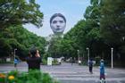 Sửng sốt khi thấy 'đầu người' khổng lồ bay lơ lửng giữa bầu trời