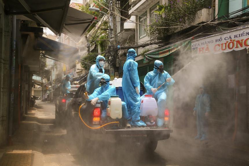 Đội khử khuẩn ở TP.HCM: Từ xa lạ, chúng tôi trở thành gia đình-1