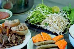 Nấu bún bò tại nhà không khó nhưng mất nhiều thời gian