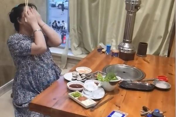 Vợ bầu vào tiệm thịt nướng một mình, bị chồng bắt gặp thì quá hài hước