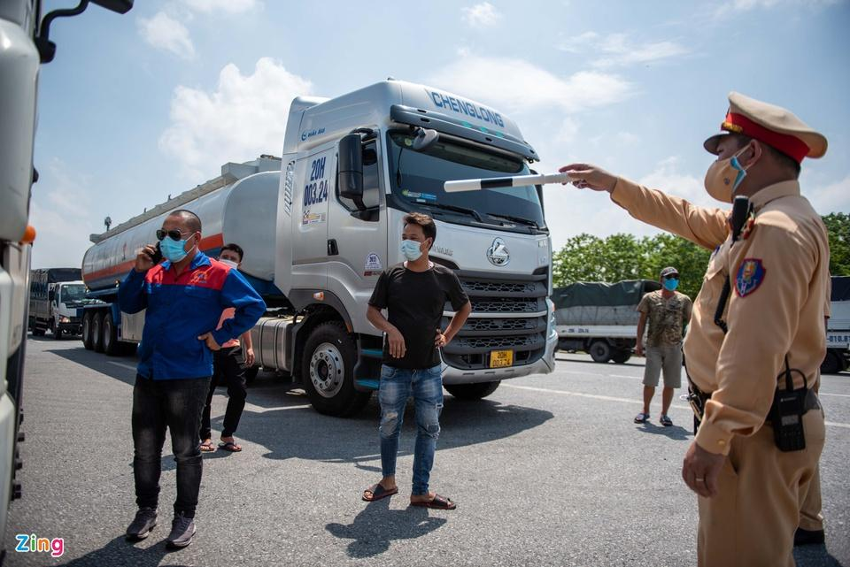 Tài xế tranh luận với CSGT khi Hà Nội cấm xe vào nội thành-4