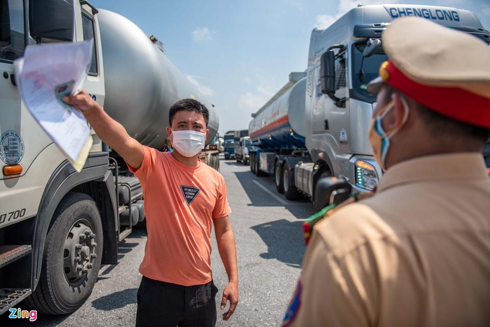 Tài xế tranh luận với CSGT khi Hà Nội cấm xe vào nội thành-6