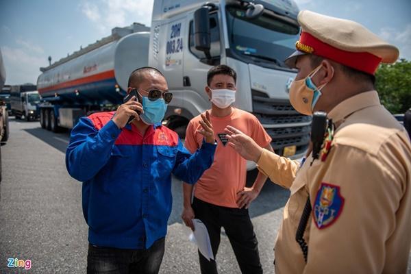Tài xế tranh luận với CSGT khi Hà Nội cấm xe vào nội thành