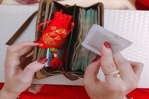 3 thứ đặt vào ví tiền tài lộc tìm tới, 1 thứ hao tài nên tránh xa