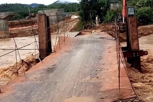 Clip: Khoảnh khắc lũ lớn cuốn trôi cả cây cầu ở Thanh Hóa