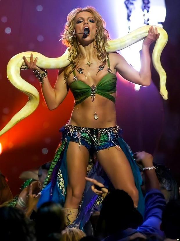 Britney Spears cởi áo khoe gần hết vòng 1 lên Instagram-3