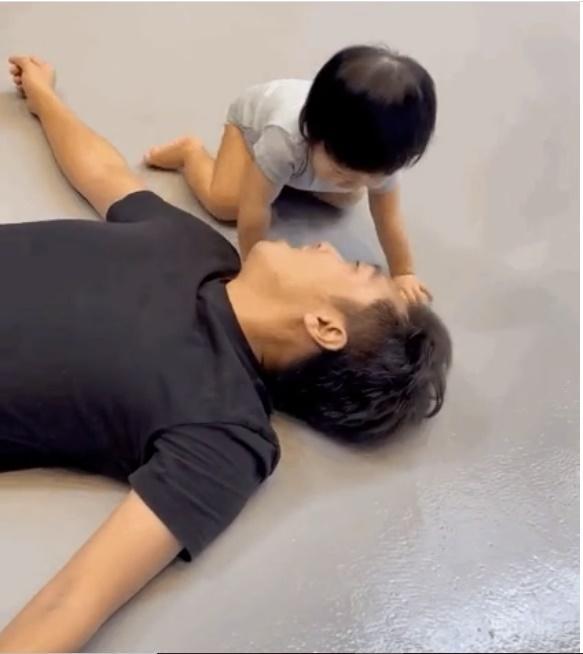 Cưng xỉu loạt khoảnh khắc cute của bố con Cường Đô La-6