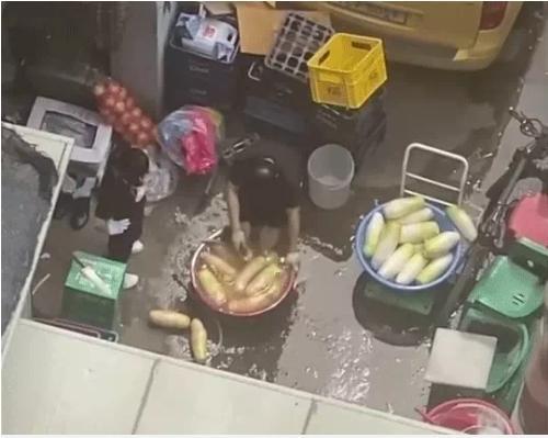 Clip người Hàn rửa củ cải làm kim chi chung với nước rửa chân gây tranh cãi dữ dội-1