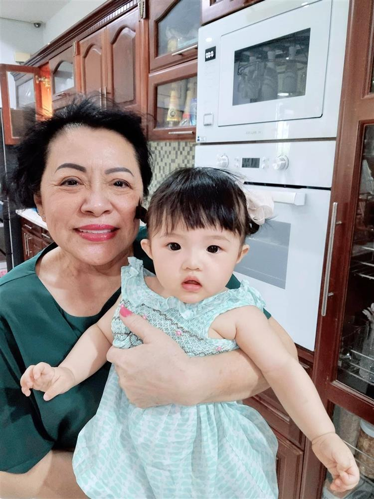 Con gái Đông Nhi bên bà nội quyền lực, ngoại hình được so sánh-1