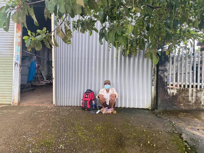 Người đàn ông đi bộ 16 ngày về quê, bật khóc khi nhận hơn 7 triệu đồng-2
