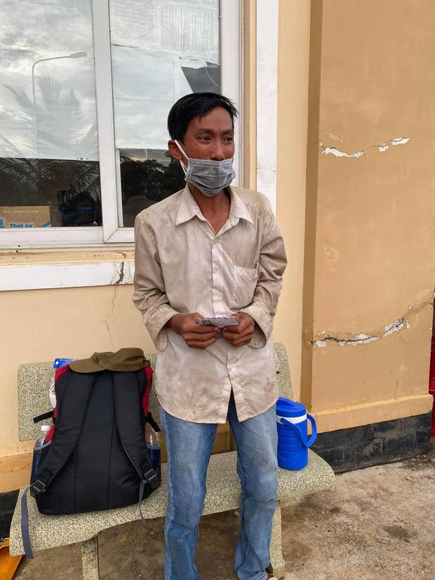 Người đàn ông đi bộ 16 ngày về quê, bật khóc khi nhận hơn 7 triệu đồng-3