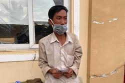 Người đàn ông đi bộ 16 ngày về quê, bật khóc khi nhận hơn 7 triệu đồng